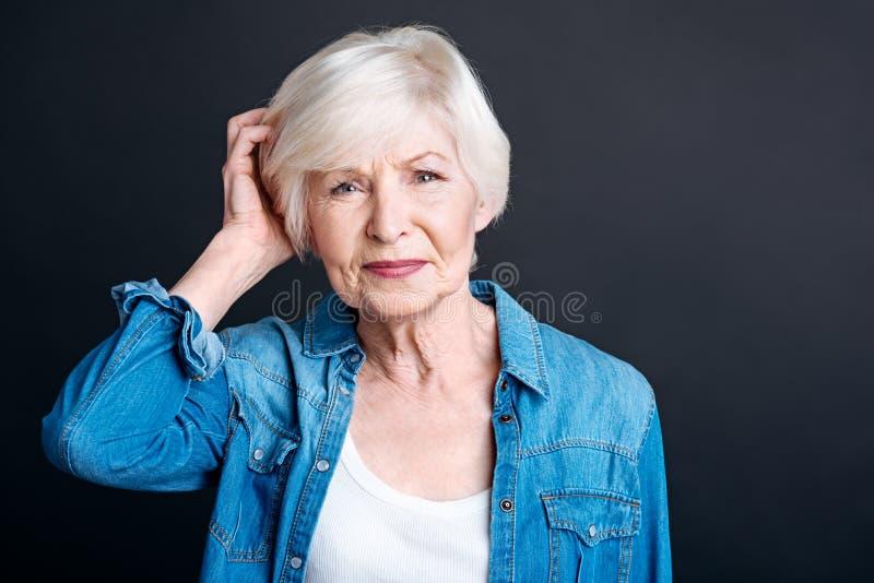 Заботливая пожилая женщина чувствуя смущенный стоковые фотографии rf