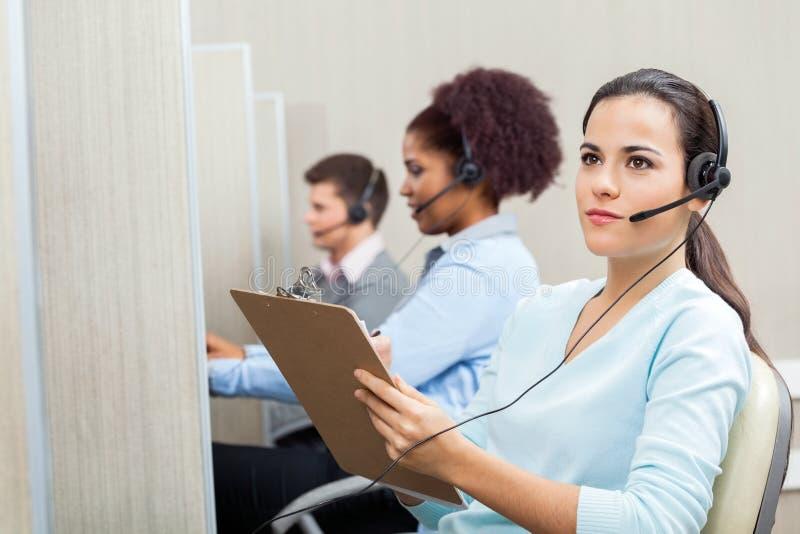 Заботливое женское удерживание агента обслуживания клиента стоковое изображение rf