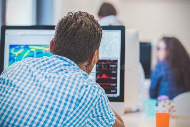 Заботливое молодое кодирвоание программиста на компьютере стоковое изображение rf