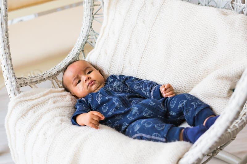 Заботливое biracial смешивание испанский и Афро-американский младенческий лежать стоковое фото