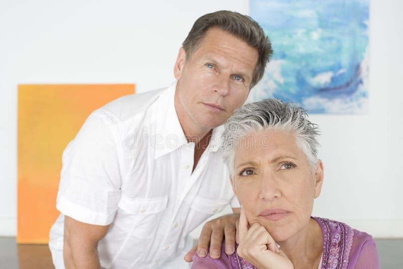 Заботливые зрелые пары в художественной галерее стоковая фотография