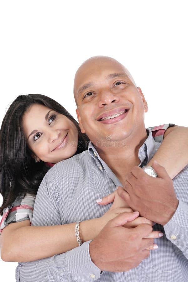Заботливые пары обнимая и смотря вверх стоковое изображение rf