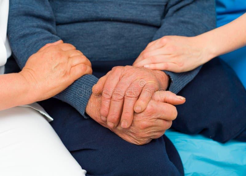 Заботливые руки для пожилых людей стоковая фотография