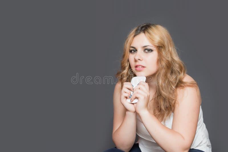 Заботливый девочка-подросток использует умный телефон стоковое фото rf