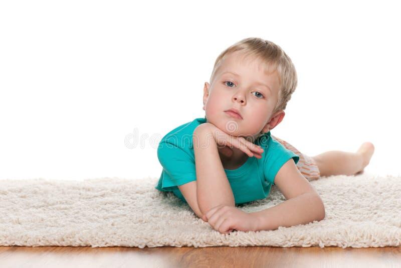 Заботливый отдыхать мальчика стоковые изображения