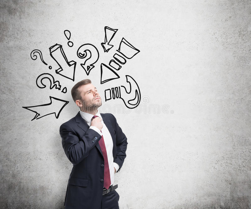 Заботливый человек пробует найти правое решение Вопросительные знаки и стрелки нарисованы на бетонной стене стоковое изображение rf