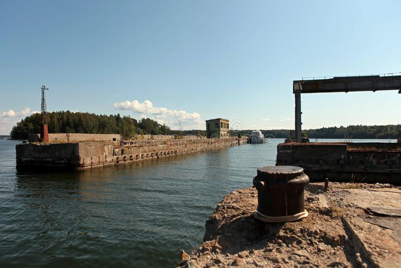 Заброшенная советская база по ремонту подводных лодок в Хара, северное побережье Эстонии, Балтийское море стоковое фото rf