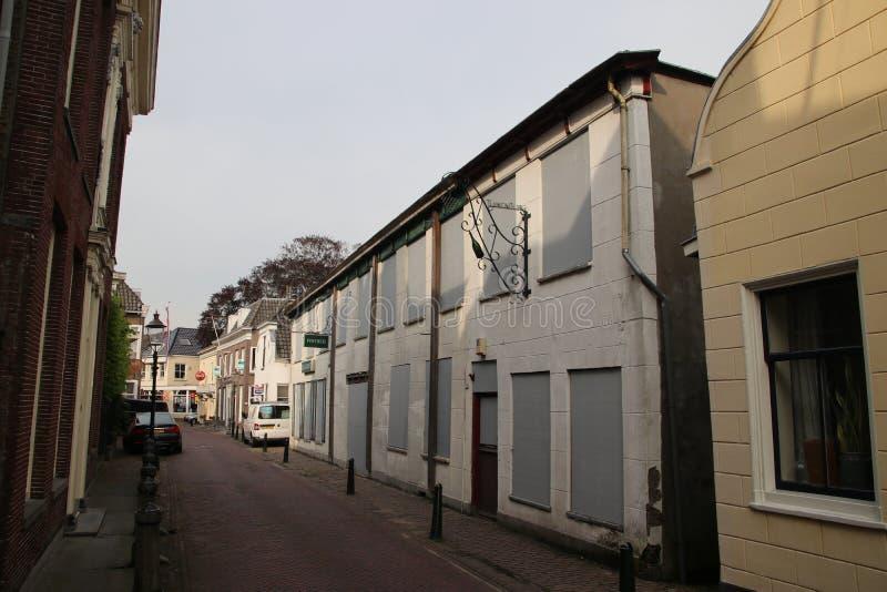 Заброшенный паб и магазин в старой части деревни Мурдрехт в Нидерланда стоковые изображения