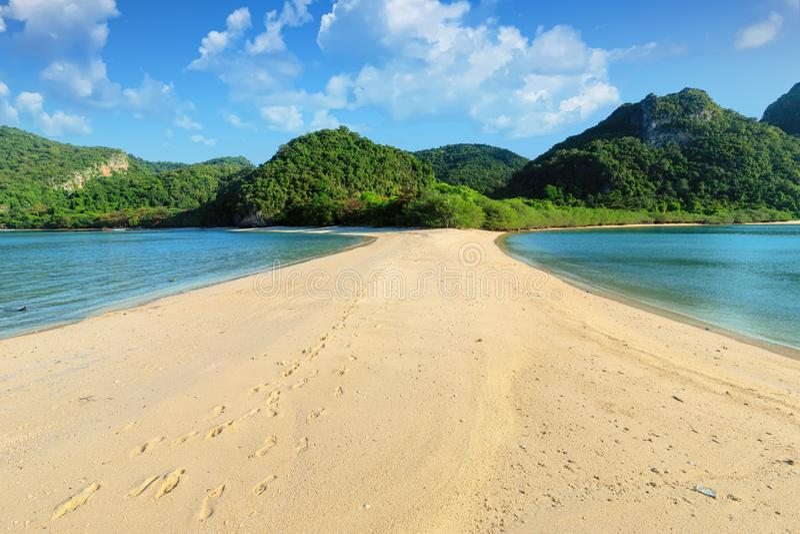 Заброшенный тропический пляж стоковые изображения