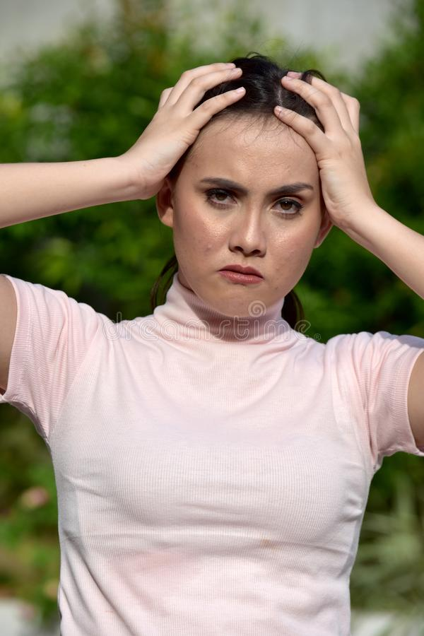 Забывчивая моложавая азиатская взрослая женщина стоковая фотография