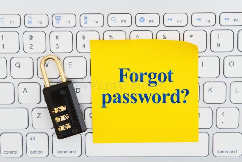 Забыл пароль с замком на клавиатуре с липким примечанием стоковые фото