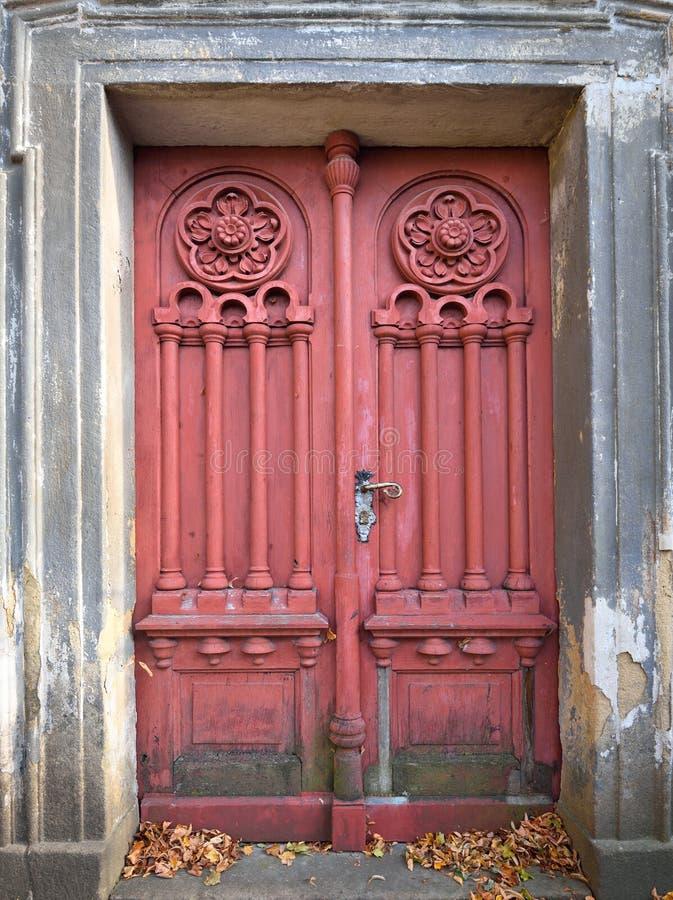 Забытая старая и выдержанная дверь стоковые фотографии rf