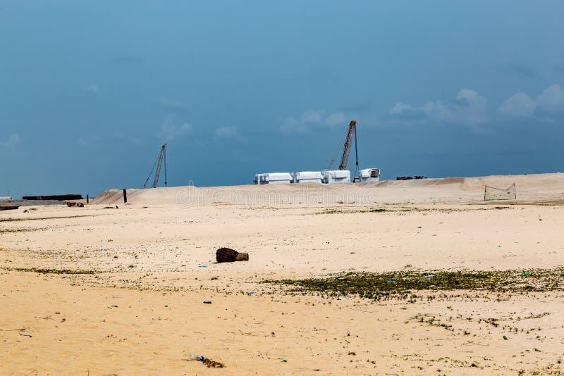 Завалка песка местного пляжа в Lekki, Лагосе Нигерии стоковое изображение