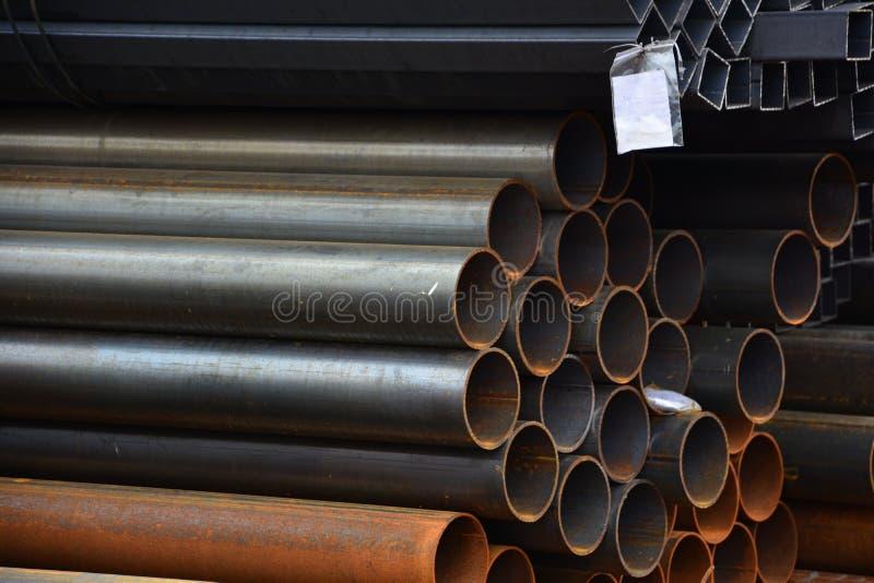 завальцовка металла Круг и квадратная трубка штабелированы в хранении и загрузке на складе стоковое фото