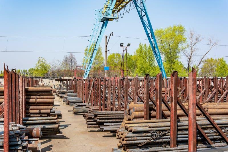 Завальцовка металла, outdoors, склад, основание, хранение стоковое фото
