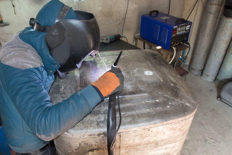 Заварка аргона сварщика для алюминия на работе стоковая фотография rf