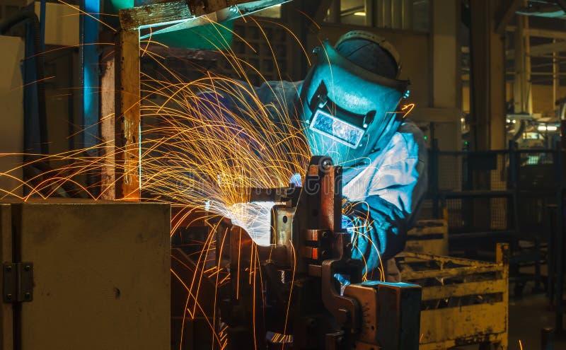 Заварка движения сварщика промышленная стоковые фото