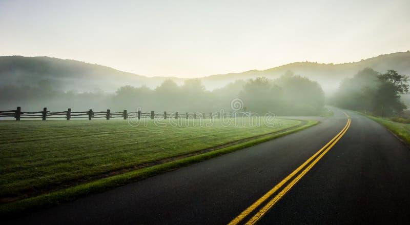 Завальцовка тумана через голубые сельскохозяйственные угодья бульвара гребня стоковое фото