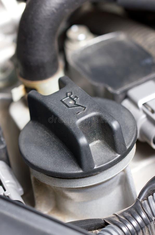 Завинчивая пробка масла в двигателе. стоковое фото rf