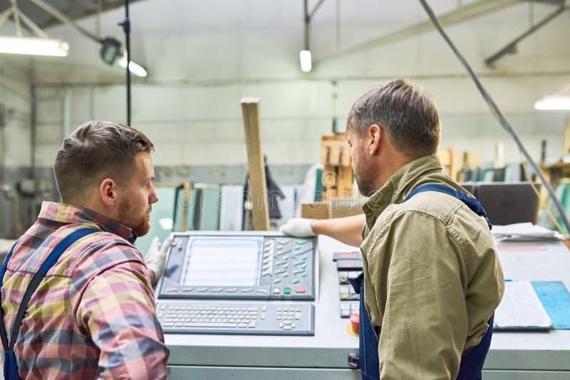 2 заводской рабочий работая машины в магазине стоковое изображение rf