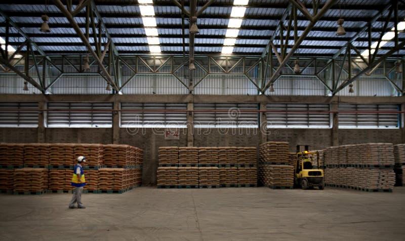 Заводскые рабочие цемента стоковая фотография rf