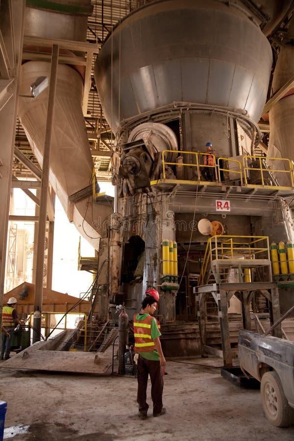 Заводскые рабочие цемента стоковые фотографии rf