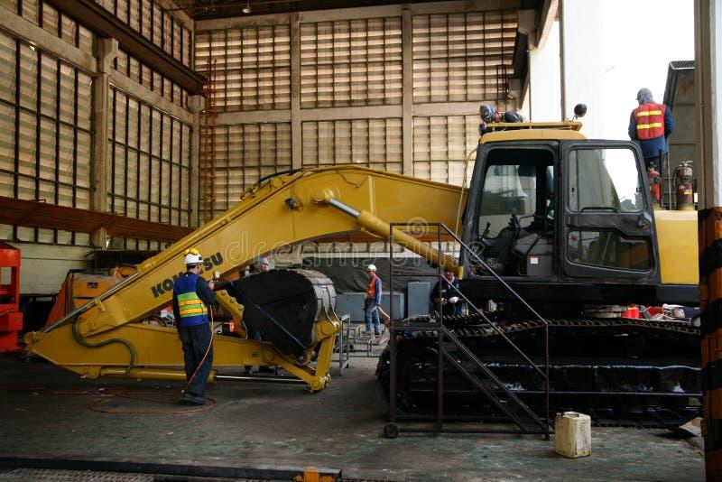 Заводскые рабочие цемента стоковое фото