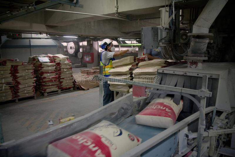 Заводскые рабочие цемента стоковая фотография