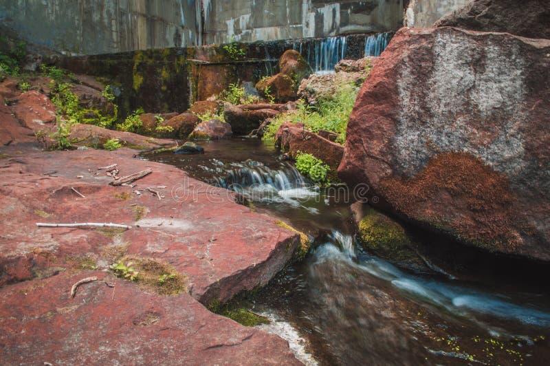 Заводь с речными порогами между камнями стоковое изображение rf