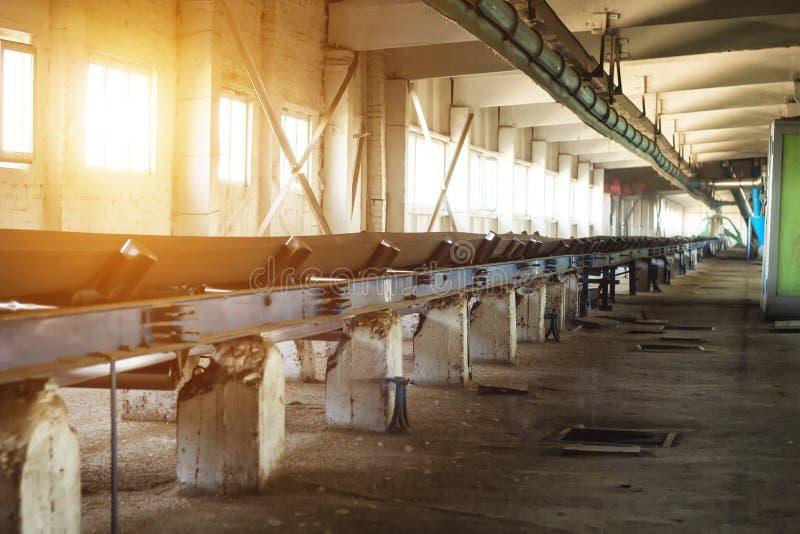 Завод для хранения и обрабатывать зерна, зерна двигает вдоль конвейерной ленты, мозоли сборочного конвейера мастерской стоковое фото rf