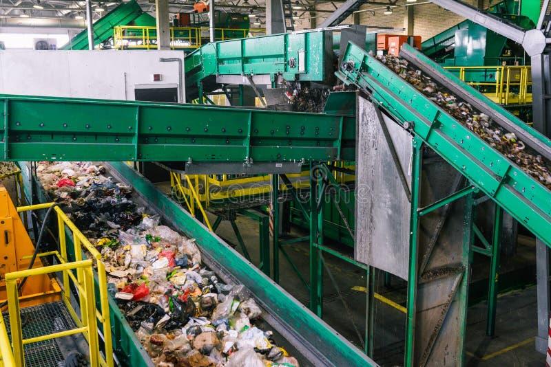 Завод отхода Рабата сортируя Повторно использовать и сортировать отхода домочадца на заводе Линия автоматический сортировать Экол стоковые изображения