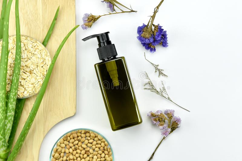 Завод vera алоэ, естественный продукт красоты skincare Косметические контейнеры бутылки с зелеными травяными листьями стоковые фото