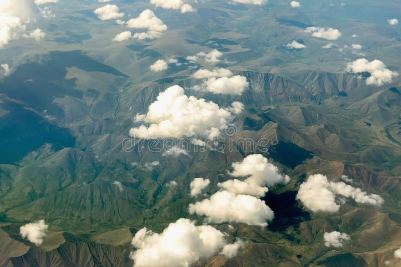 заволакивает горы сверх стоковое фото rf