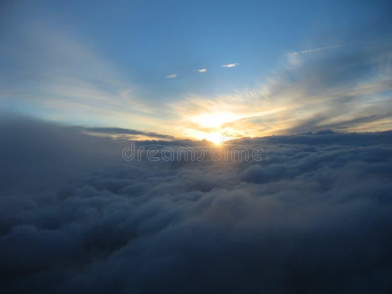 заволакивает заход солнца obove стоковое фото rf