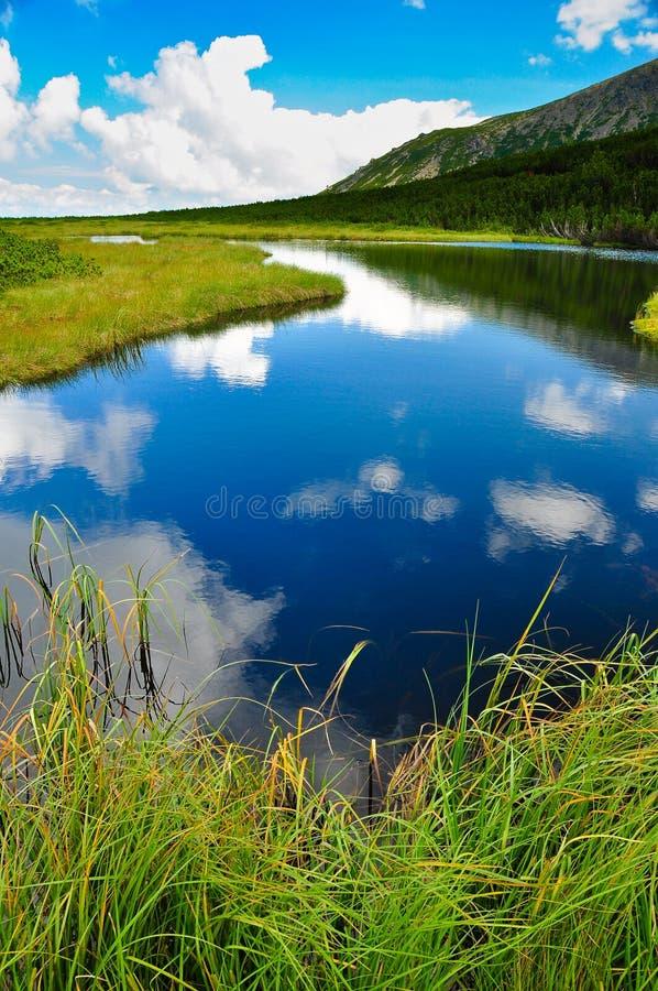 заволакивает небо отражения горы озера стоковая фотография rf