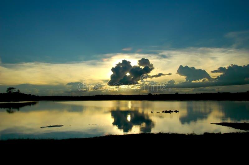 Download заволакивает озеро стоковое фото. изображение насчитывающей облака - 600518