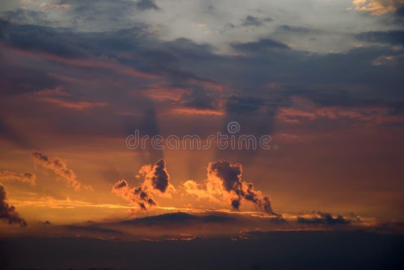 заволакивает темное небо стоковая фотография rf