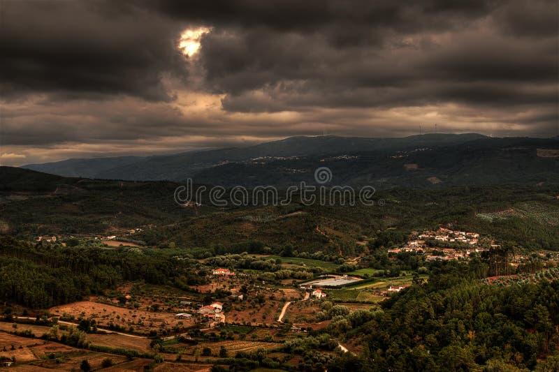 заволакивает темнота над Португалией стоковая фотография rf