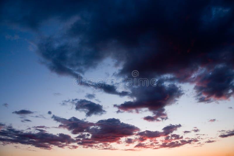 заволакивает темный драматический заход солнца стоковые фотографии rf