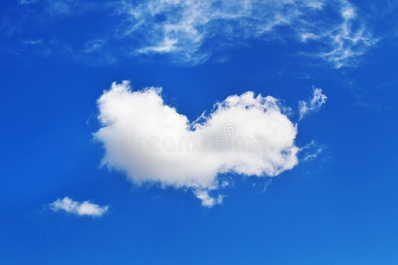 Заволоките в форму сердца - предпосылку голубого неба - текстура фото неба стоковая фотография