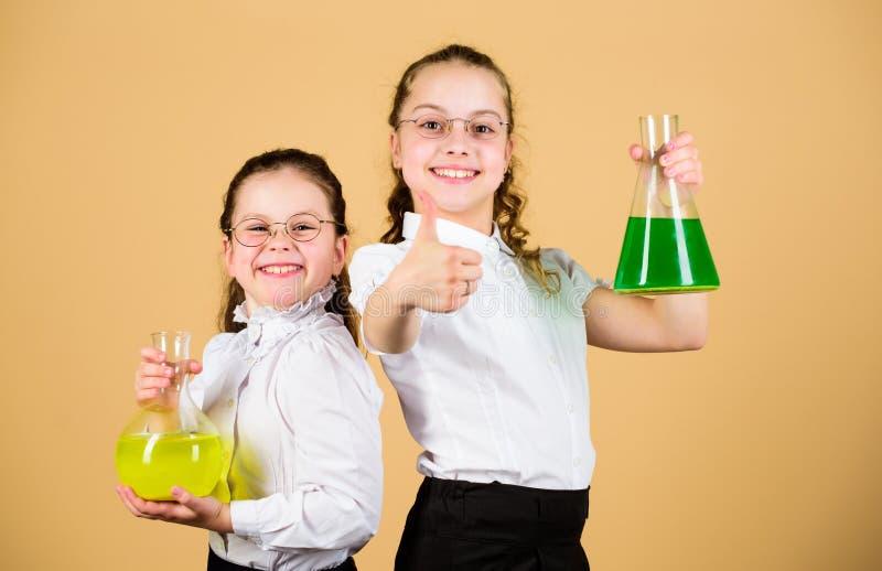 Завораживающий эксперимент Базовые знания e Друзья школьниц с химическими жидкостями Детство и стоковое фото