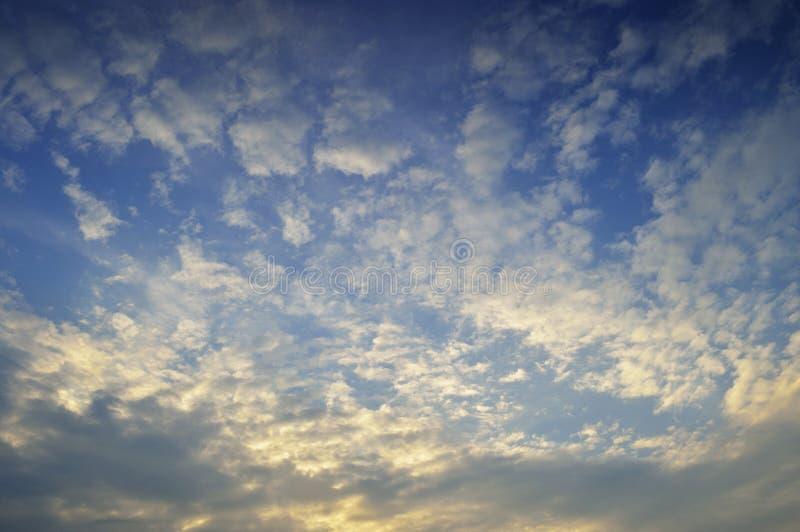 заволакивает заход солнца неба стоковые изображения