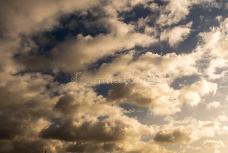 заволакивает солнце неба стоковое фото rf