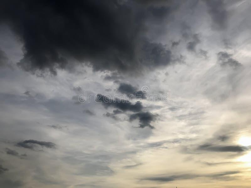 заволакивает солнце неба стоковая фотография
