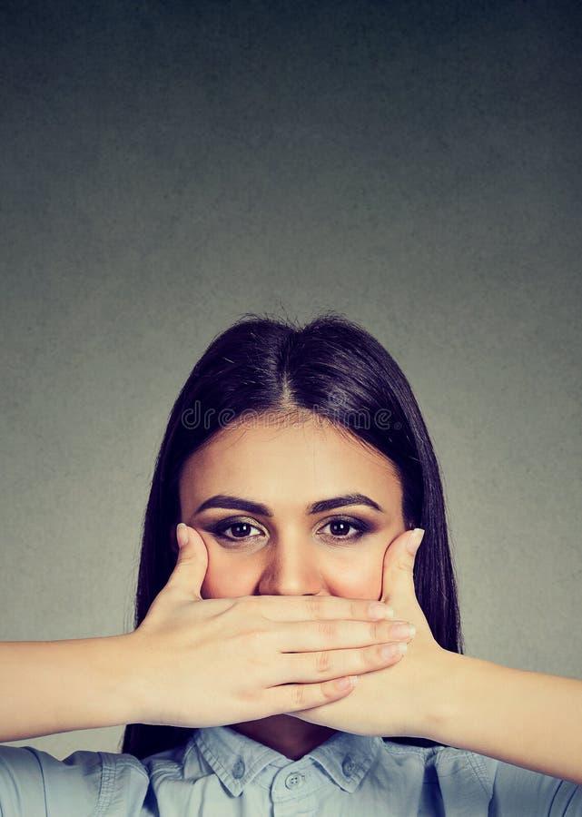 заволакивание вручает ее женщину рта стоковая фотография