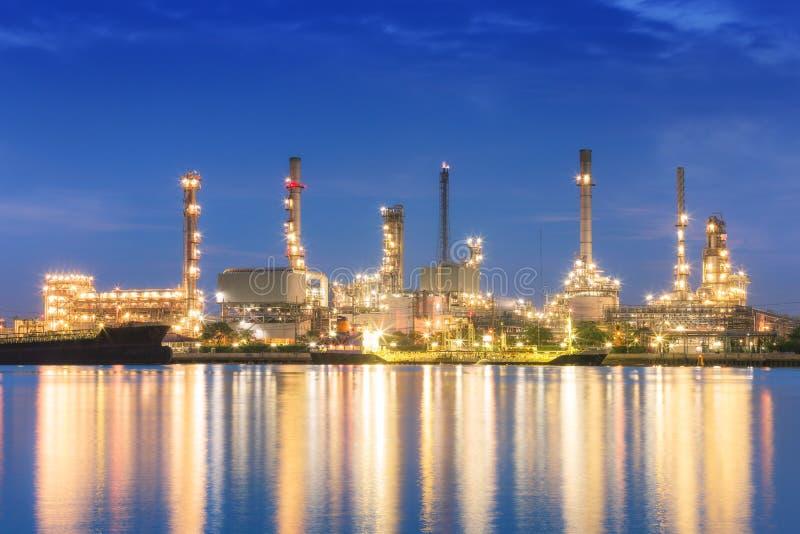 Завод нефтеперерабатывающего предприятия на сумерк с космосом экземпляра стоковые фотографии rf