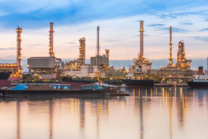 Завод нефтеперерабатывающего предприятия на сумерк стоковое изображение rf