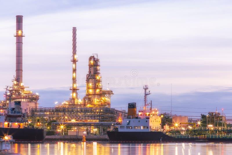 Завод нефтеперерабатывающего предприятия на сумерк стоковое фото