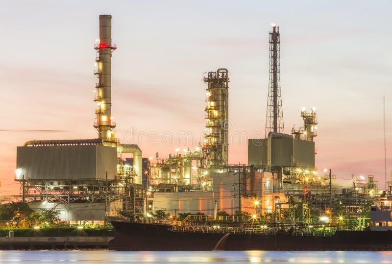 Завод нефтеперерабатывающего предприятия на сумраке стоковое изображение