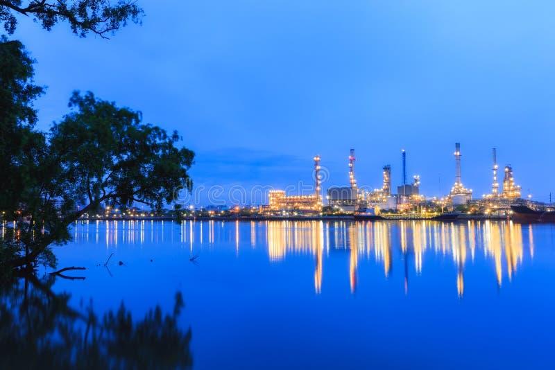 Завод нефтеперерабатывающего предприятия на сумраке стоковые фотографии rf